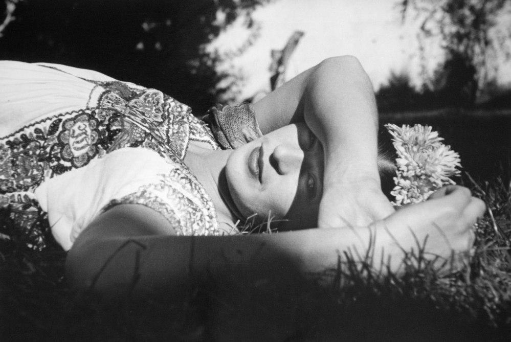 Frida en el jardín, Xochimilco, México, ca. 1941. © Fundación Leo Matiz